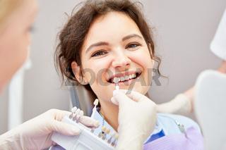 Frau bei professioneller Zahnaufhellung beim Zahnarzt