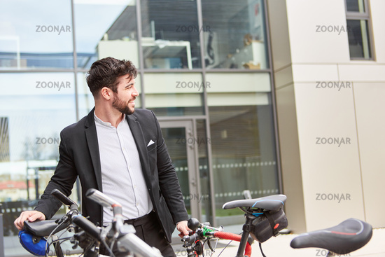 Junger Business Mann mit dem Fahrrad