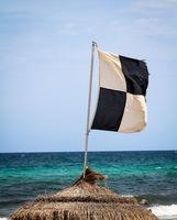 Flaggen am Strand warnen vor Gefahren