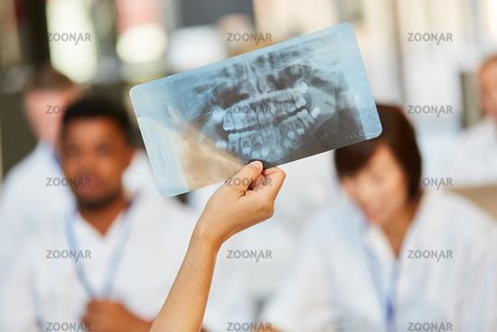Dozentin zeigt in einem Seminar ein Röntgenbild