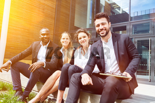 Business Gruppe als Team vor Büro im Sommer