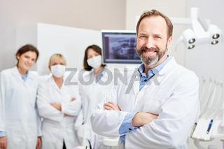 Zahnarzt mit Team zur Ausbildung in der Zahnklinik