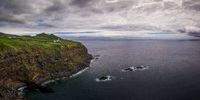 Küstenpanorama mit dem Leuchtturm von Ponta da Ferraria