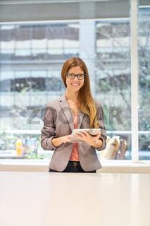 Junge Business Frau mit Tablet Computer