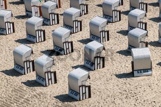 Strandkörbe an der Ostseeküste in Sellin auf der Insel Rügen
