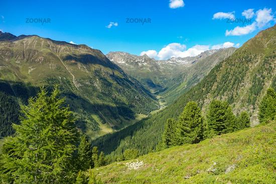 Blick vom Wanderweg hinunter ins Tal von Niederthai, Ötztal, Osttirol