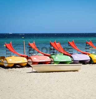 Tretboote mit Rutsche am Strand
