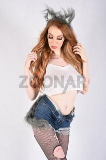 Grosse, sexy, schlank, vollbusig, Rothaarige Modell als Werwolf fur Halloween verkleidet