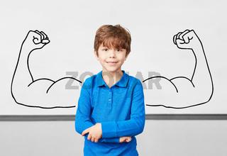 Kind in Grundschule vor Whiteboard mit Muskeln