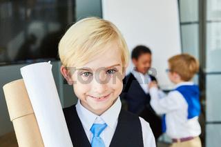 Lächelndes Kind als erfolgreicher Geschäftsmann