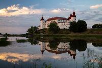 Abend Aufnahme von Schloss Lacko mit Spiegelung im Wasser