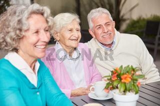 Drei Senioren als Rentner und Freunde
