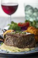 Nahaufnahme eines Steaks auf dem Teller