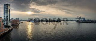 Panorama vom Hamburger Hafen bei Sonnenaufgang