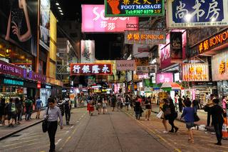Hongkong, China, Fussgaenger und Neonschilder im Arbeiterviertel Mong Kok