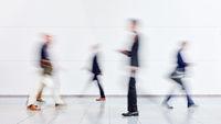 Anonyme Business Leute auf Messe oder Konferenz