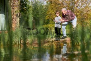Opa und Enkelsohn haben Spaß beim Angeln