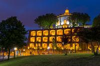 Beleuchtetes Kloster Serra do Pilar zur Abenddämmerung, Porto, Portugal, Europa