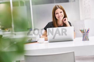 Praktikantin arbeitet am Laptop Computer
