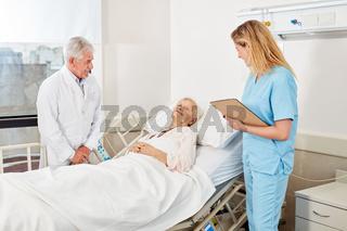 Arzt und Krankenschwester am Krankenbett