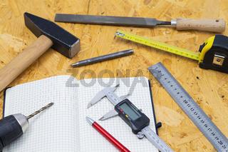 Verschiedene Handwerkszeuge auf einen Holztisch