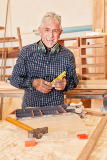 Senior Mann als erfolgreicher Handwerker