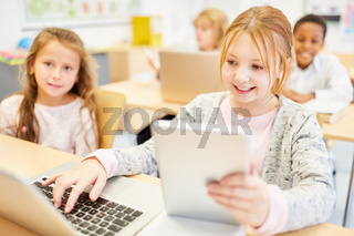 Kinder lernen im Informatik Unterricht