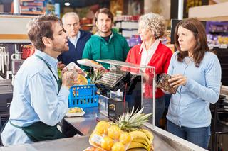 Kundin an der Supermarkt Kasse hat zuwenig Geld
