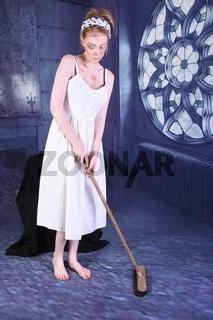 Schones, grosses, schlankes, vollbusiges Rothaariges Model, verkleidet als Aschenputtel