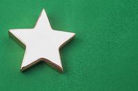 Goldener Stern auf grünen Hintergrund