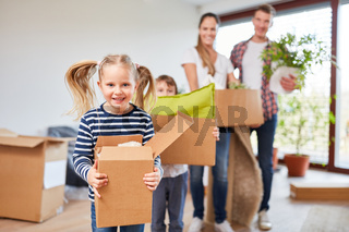 Mädchen hilft ihrer Familie beim Umzug