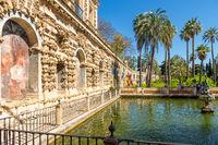 Wasserbecken im Garten des königlichen Alcazars, Sevilla, Andalusien, Spanien, Europa