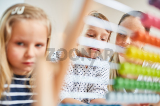 Zwei Kinder lernen Rechnen mit dem Abakus