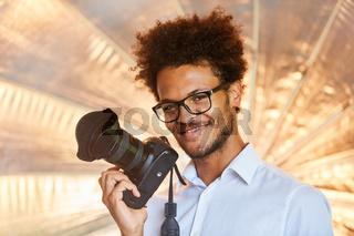 Lächelnder Fotograf mit Spiegelreflexkamera