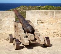 Kanone über einem Hafenbecken