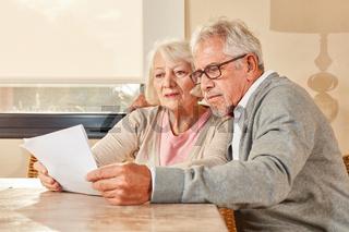Senioren Paar liest zusammen einen Vorsorge Plan