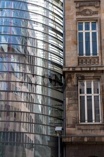Alte Fassade und moderner Anbau