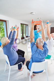 Senioren trainieren mit dem Elastikband