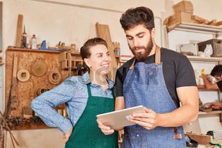 Lehrlinge freuen sich über Online Bestellung