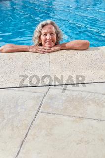 Senior Frau entspannt sich im Freibad