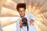 Kreativer junger Fotograf hat Idee beim Fotoshooting