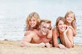 Glückliche Familie am Strand im Sommer