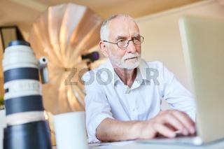 Fotograf bei der Bildbearbeitung am Laptop