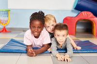 Drei multikulturelle Kinder als beste Freunde