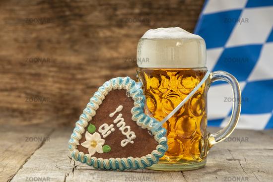 Maßkrug mit Bier und Schokoladenherz auf dem Oktoberfest in München
