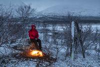 Mann am Lagerfeuer, Lappland
