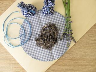 Lavendelsäckchen basteln aus getrocknetem Lavendel