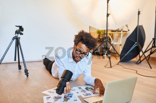 Fotograf oder Art Director bei der Bildauswahl