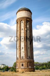 Ein alter Wasserturm allein stehend