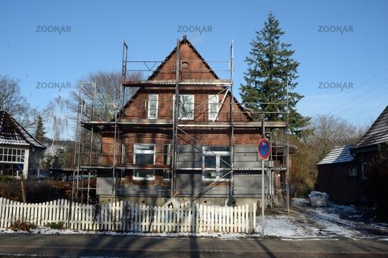 kleines Haus mit Baugerüst